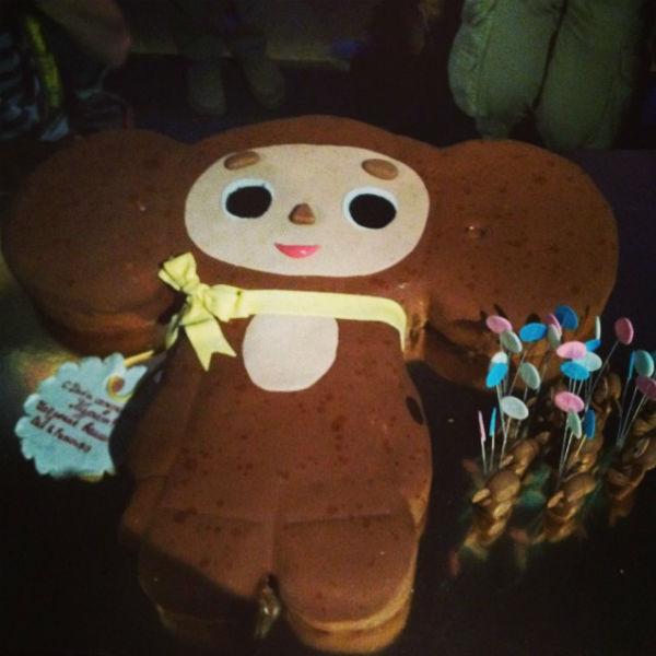 На день рождения Мурат получил от друзей торт с в виде любимого мультяшного героя