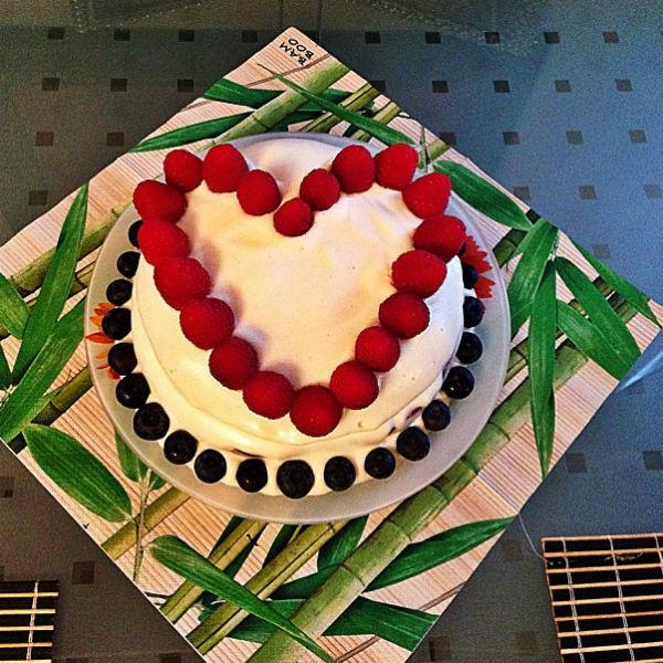 Специально ко дню рождения мужа Лера испекла торт