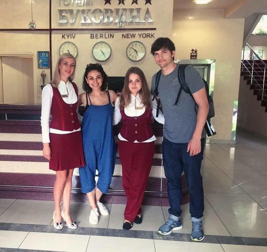 Многие жители Черновцов были удивлены тем, какими простыми людьми оказались Мила и Эштон
