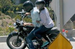 Эштон Катчер прокатил Милу Кунис на мотоцикле