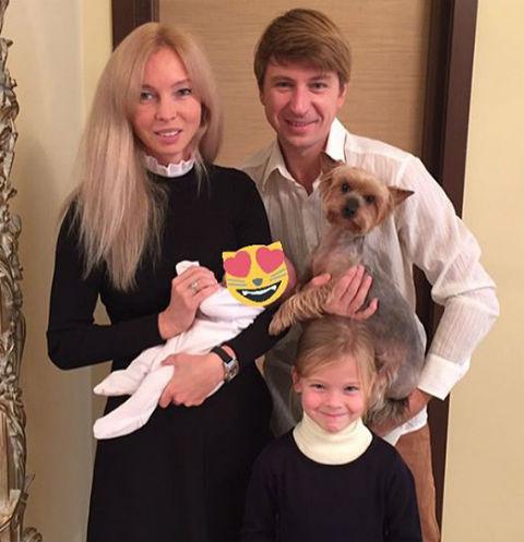 Татьяна Тотьмянина и Алексей Ягудин с детьми и собакой