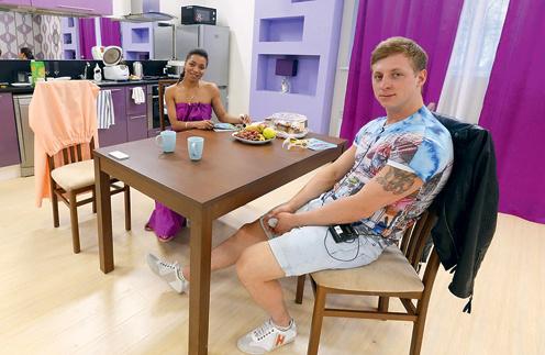 Либерж Кпадону и Евгений Руднев, хоть и отменили свадьбу, в квартиры въехали первыми. Либерж уже освоила мультиварку – приготовила гречку с курицей. На сладкое был торт с фруктами