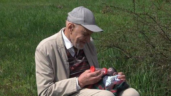 Николай Дроздов кормит детеныша обезьяны