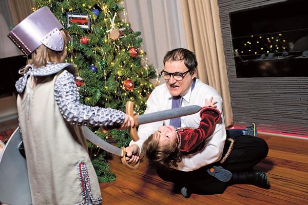 Дмитрий со старшими детьми устроил настоящее новогоднее представление