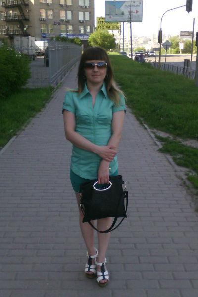 Безработная мать троих детей Елена Егорова знает о проблемах своей тезки, но скрывается от долгов