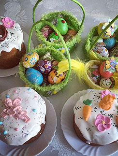 Настоящий батл по окрашиванию яиц устроила накануне на своей кухне экс-участница «Дома-2» Елена Бушина