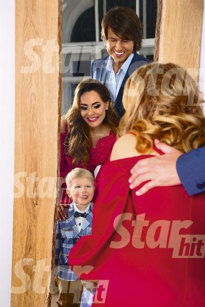 Малыш обожает кривляться перед зеркалом, а Анна и Прохор поощряют его шалости
