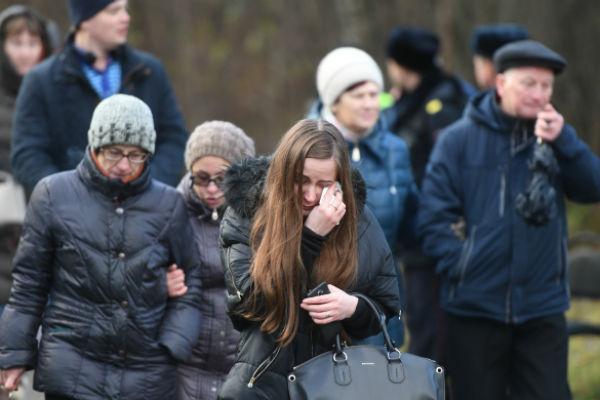 Многие поклонники не могли сдержать слез во время церемонии прощания