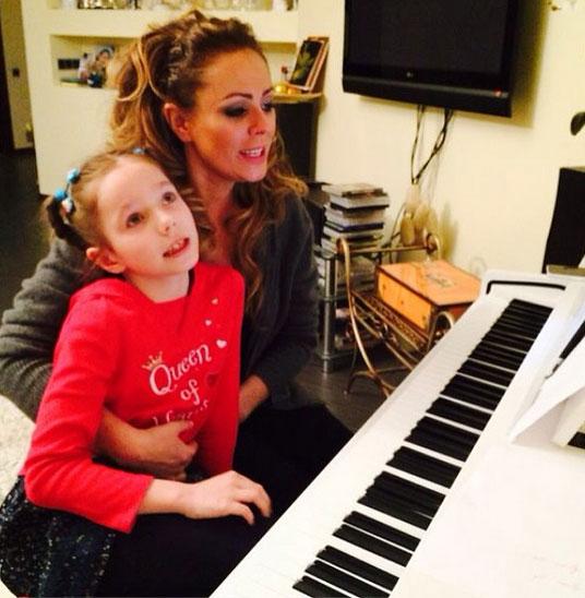 Юлия Началова с дочерью репетируют перед выступлением