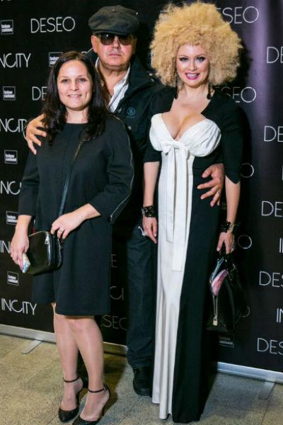 Платье и прическа Лены Лениной стали на показе объектами всеобщего внимания