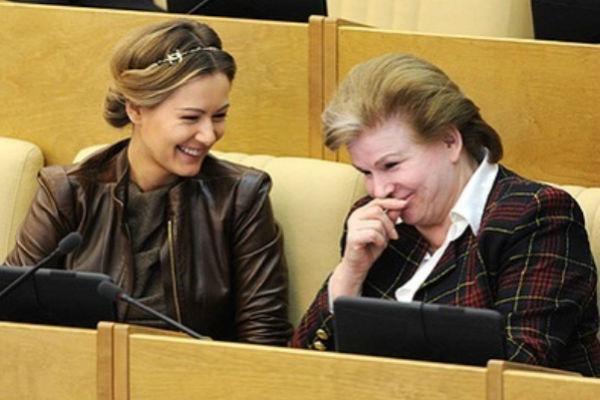 Мария Кожевникова с Валентиной Терешковой на заседании Госдумы