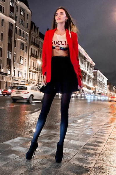 Анастасия надела под красный пиджак растянутую футболку Gucci