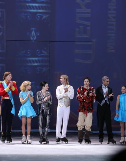 Участники ледового шоу Евгения Плющенко