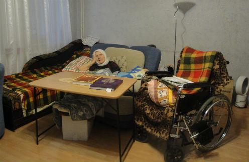 Учительница Юрия Гагарина не была на улице три года. В ее доме нет лифта, на балкон инвалидное кресло не помещается