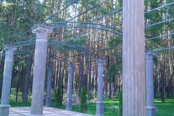 Часть парка украшена античными колоннами