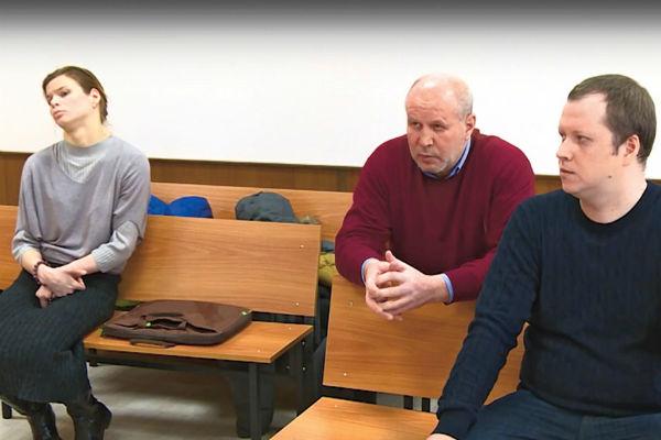 В последнее время Абро встречается с отцом и братом только в суде