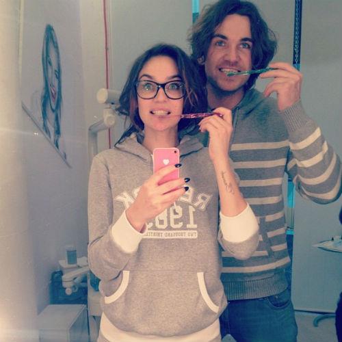 Телеведущую также научили правильно чистить зубы