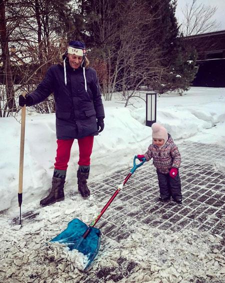 Дмитрий Песков убирает снег с дочерью Надеждой