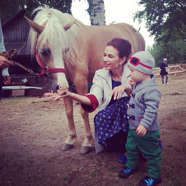 Малыш помогал маме кормить лошадок