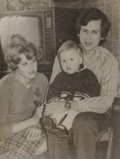 Маленькая Женя с папой и мамой