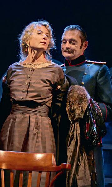 Юлия Высоцкая и Александр Домогаров в спектакле театра Моссовета «Три сестры»