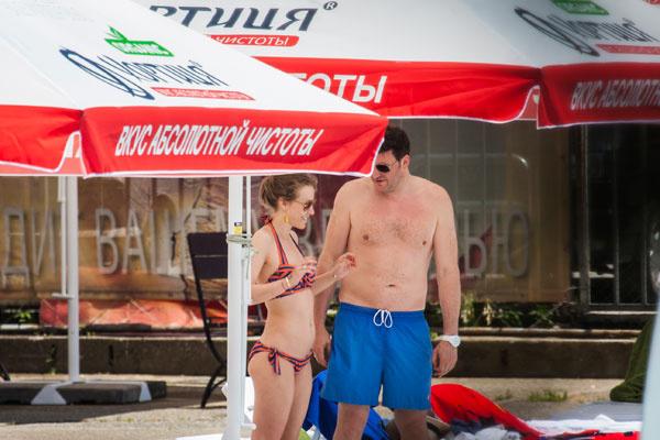 Ксения и Максим отдыхают у бассейна