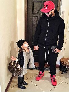 Джиган отводит Ариэлу в детский сад
