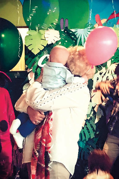 Маленький Платон счастлив на руках у бабушки Люды и о бушующих страстях не подозревает
