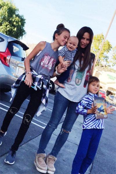 Саша Зверева в окружении своих детей – дочки Василисы и сыновей Макара и Льва