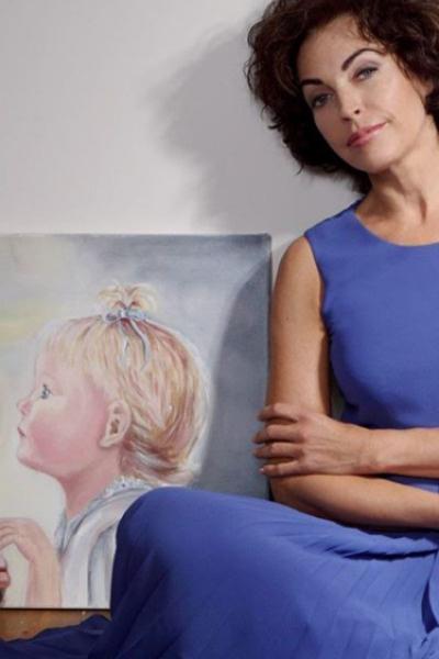 «Рядом с портретом нашей дочери в детстве, который сама нарисовала», - подписал снимок сатирик