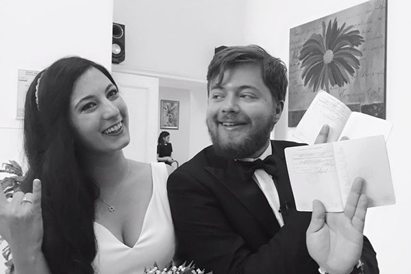 Счастливые молодожены демонстрируют паспорта со штампами о браке
