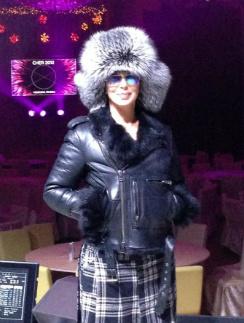 Чтобы не замерзнуть в «холодной, но великой России», певице Шер пришлось позаимствовать шапку у друзей