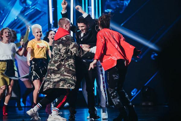 Участники шоу поздравляют Виталия с победой