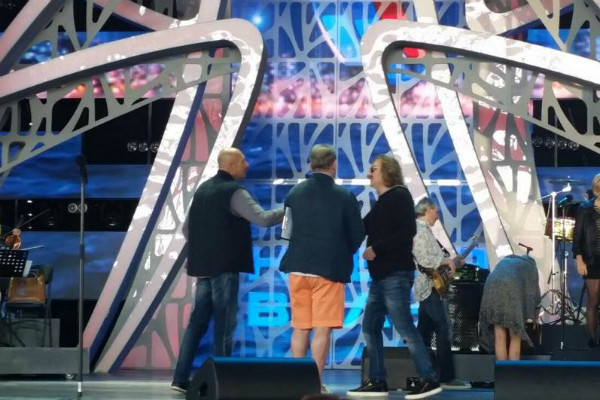 Коллеги поздравляют Игоря прямо на сцене