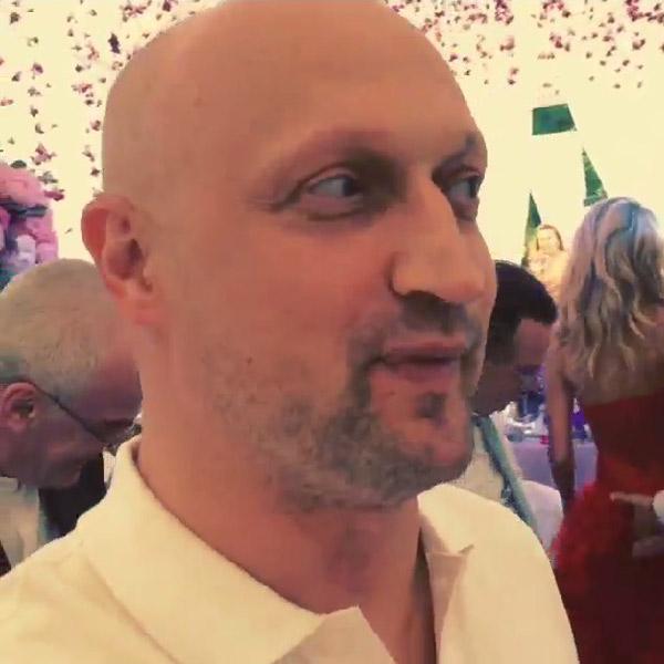 Пока Гоша поздравлял молодоженов, остальные гости не могли отвести глаз от красного платья невесты, которую по-хозяйски обнимал Марат (на заднем плане)