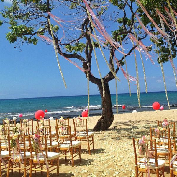 Места для гостей свадьбы были украшены просто