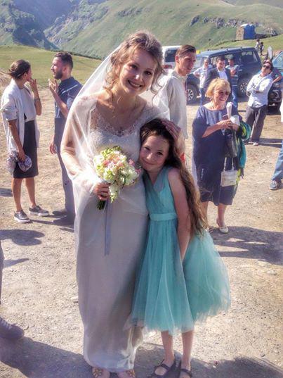 На свадьбу и венчание приехала младшая сводная сестра Никиты Ефремова 9-летняя Вера