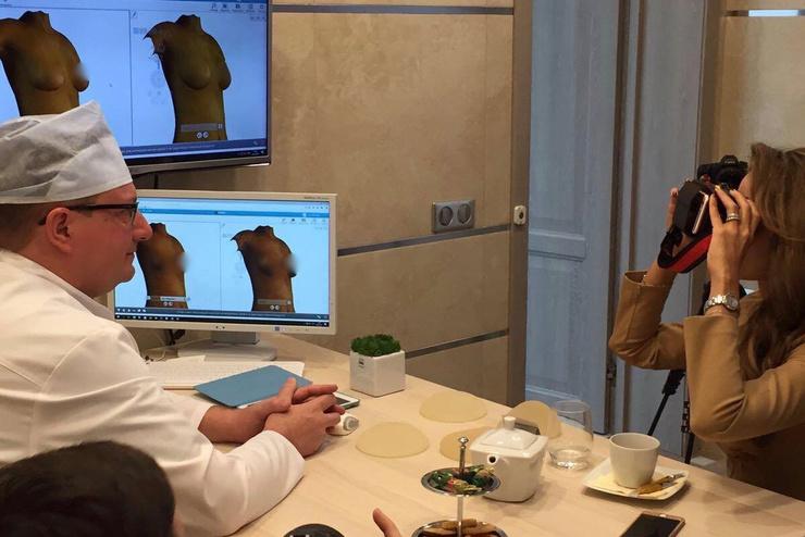 Анна Калашникова обсуждает с хирургом форму будущей груди