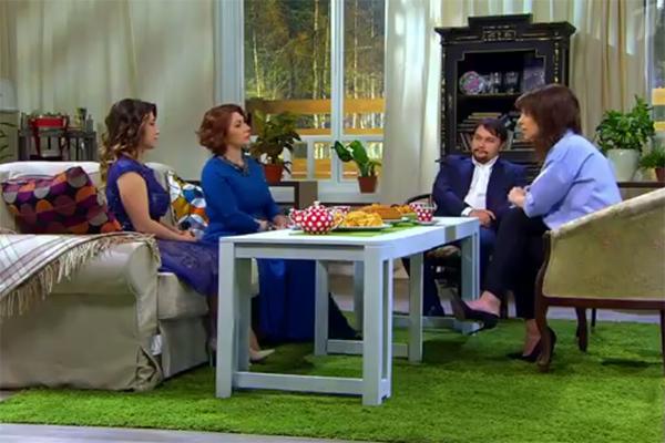 Роза Сябитова с сыном Денисом и дочкой Ксенией в гостях у ведущей программы «Гости по воскресеньям» Ирины Муромцевой