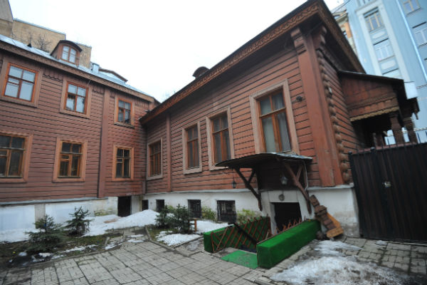 Особняк был построен в XIX веке по заказу предпринимателя Александра Пороховщикова. Актер  взял дом в аренду у государства в 1995 году, планировал создать музей