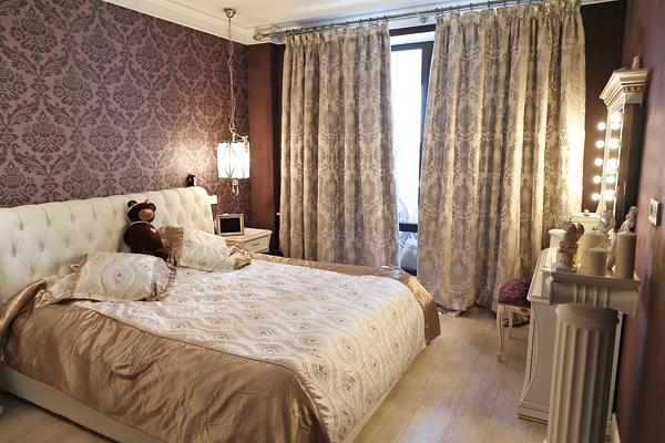Спальня оформлена в венецианском стиле: характерный узор обоев, портьер и покрывала, а также светильник в духе палаццо