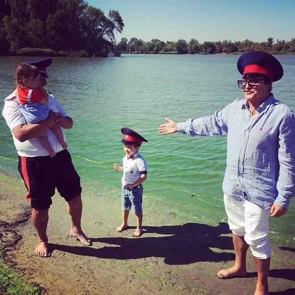 Старший брат Александр поддерживал Федора на берегу