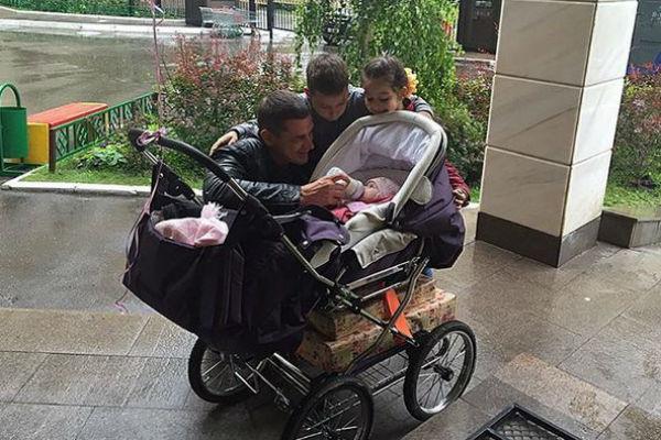 Супруг Ксении Бородиной Курбан Омаров впервые показал личико их дочки Теоны