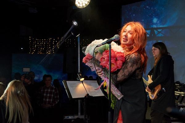 Алена Апина на концерте