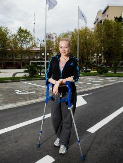 Летом у Скворцовой обострилась травма, и врачи сделали ей очередную операцию. Спортсменка во дворе университета. Сочи. Сентябрь 2013 года