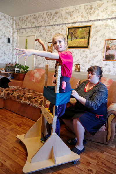 Вера с мамой Любовью почти каждый день выполняют упражнения на вертикализаторе