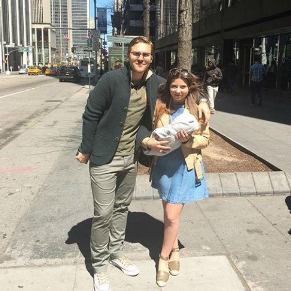 Супруги уже гуляют с малышом по улицам Нью-Йорка