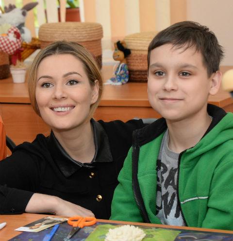 Мария Кожевникова с одним из воспитанников центра
