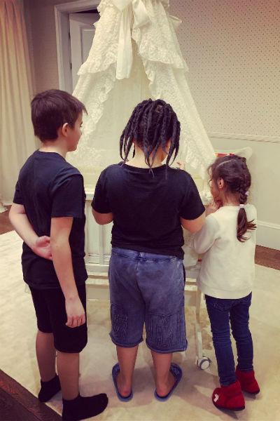 Дети Амина приветствуют сестренку