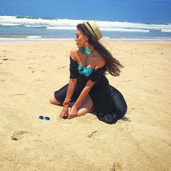 Таня наслаждается морским бризом в Португалии